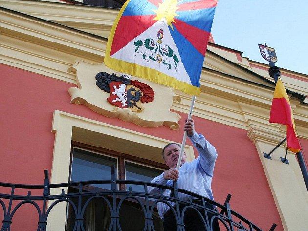 Ve středu 10. března vyvěsil mělnický starosta Miroslav Neumann tibetskou vlajku. Tradičně tak město dalo najevo podporu nenásilného boje Tibeťanů za svá práva a snahu o zachování národní identity.Vlajka bude v Mělníku vyvěšena týden.