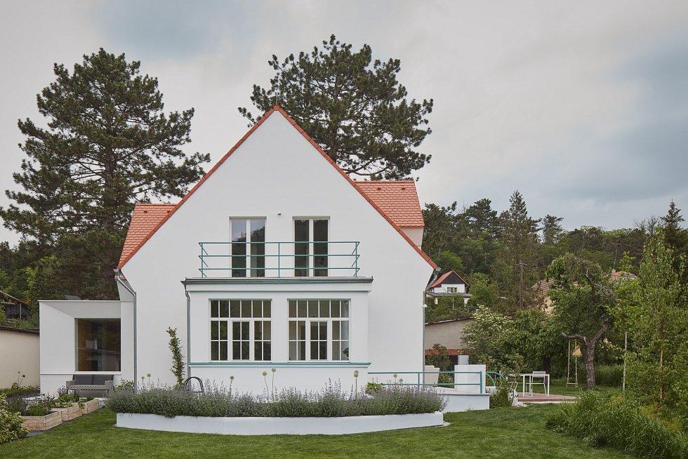 Prvorepubliková vila se díky libereckému studiu Mjölk architekti proměnila v příjemné víkendové zázemí.