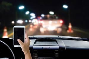 Používání mobilních telefonů za jízdy je pro řadu řidičů běžnou záležitostí
