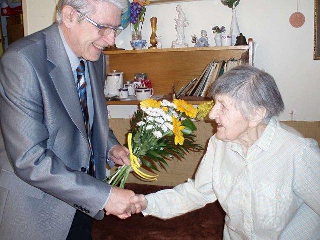 Anežka Zacharová z Valašského Meziříčí se narodila 9. května 1913. K narozeninám ji přišel pogratulovat meziříčský místostarosta Miroslav Krchňák