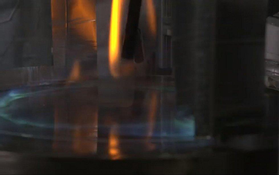 Z tradičních žlutých ohňových vírů se vytváří modrý plamen