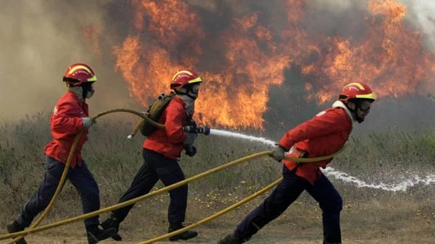 Hasičí hasí požár v Portugalsku