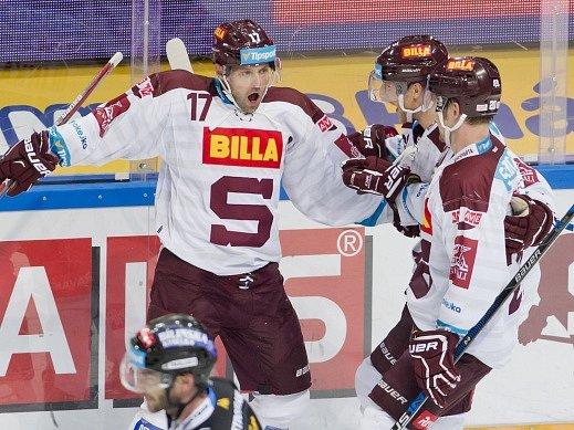 Sparťané se radují z gólu v utkání s Litvínovem.