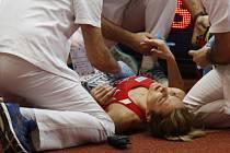 Denisa Rosolová v péči zdravotníků.
