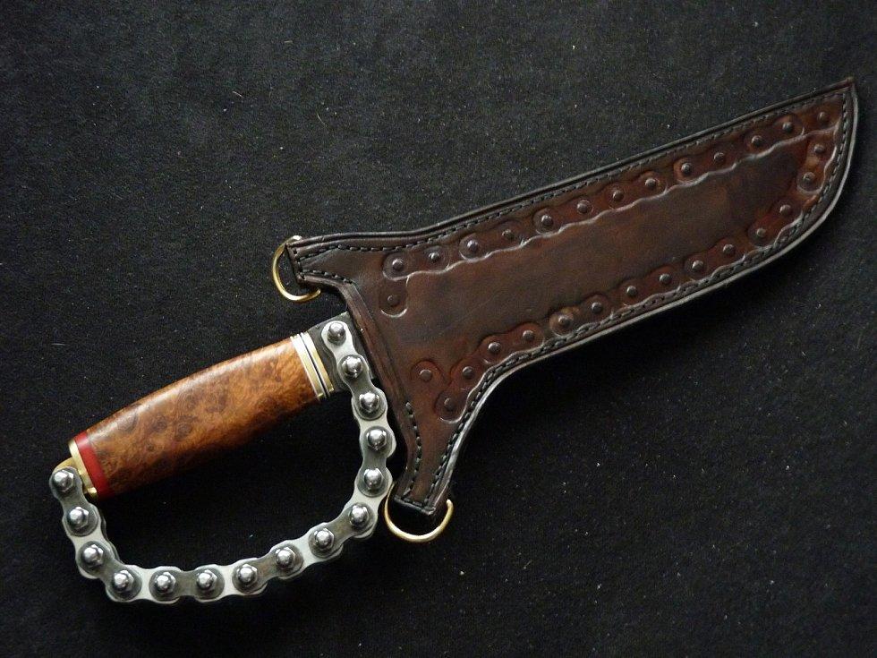 Petr Poncar vyrábí nože už deset let, na některá mu stačí staré péro z auta či kotouč z cirkulárky.