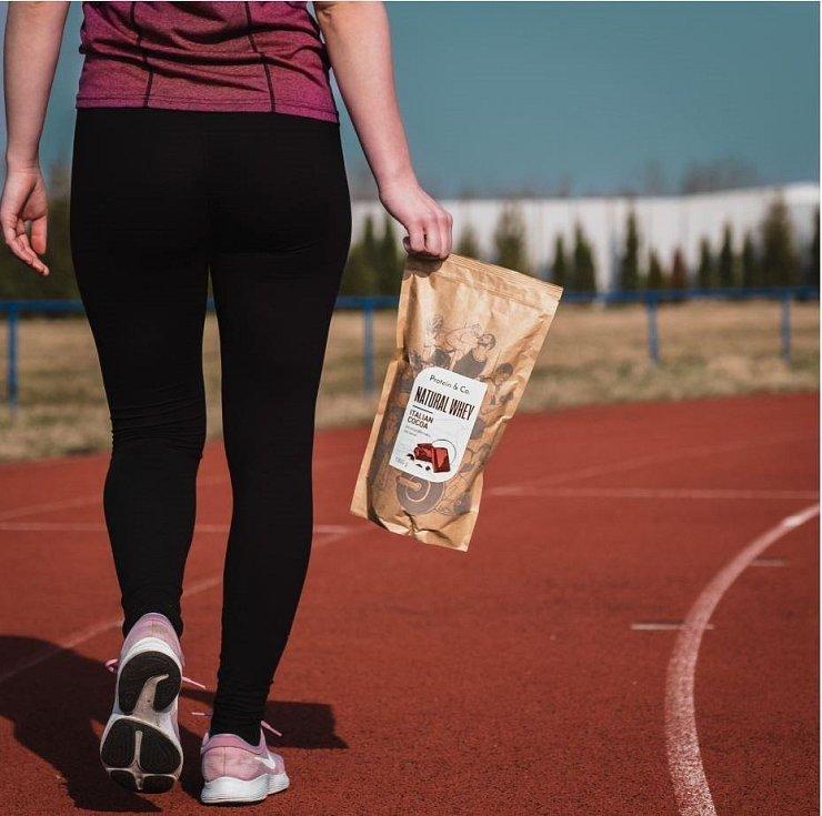 Místo pizzy se při sportování lze těšit na protein.