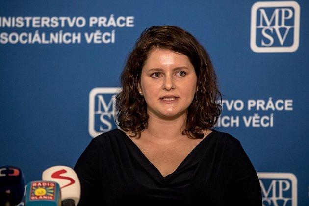 Premiér Andrej Babiš uvedl do úřadu novou ministryně práce Jana Maláčovou 30.července vPraze.