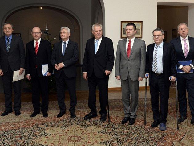 Na Pražském hradě jednají ústavní činitelé s prezidentem Milošem Zemanem o sladění zahraniční politiky. Hlavním tématem je migrační krize.