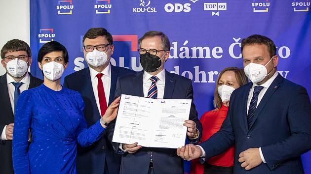Předsedové ODS, KDU-ČSL a TOP 09 při podpisu koaliční smlouvy