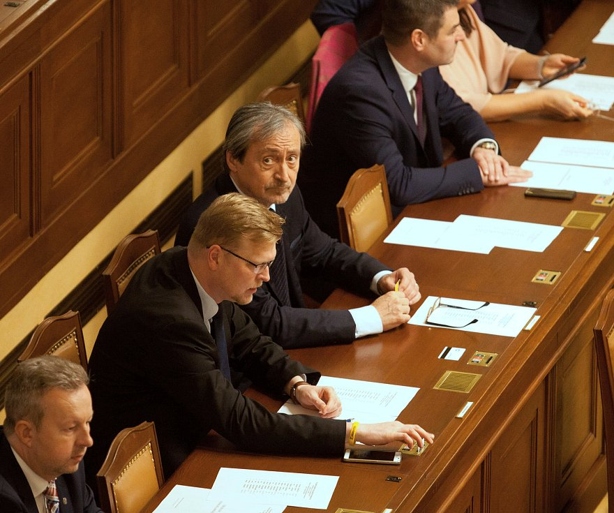 První zasedání sněmovny po volbách.
