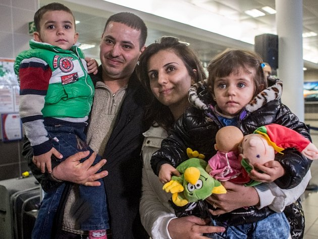 Do Prahy dorazila první skupina iráckých křesťanů, kteří v Česku najdou nový domov. Křesťané pocházejí z okolí Mosulu, odkud je vyhnal Islámský stát.