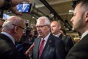 Volební štáb Jiřího Drahoše při prvním kole prezidentských voleb 13. ledna v Praze. Drahoše přišli podpořit i Michal Horáček a Marek Hilšer.