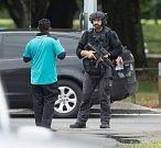 Při střelbě ve dvou novozélandských mešitách zemřely desítky lidí.
