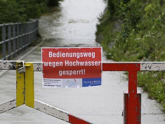 Cesta uzavřena kvůli povodni, varuje tabule v Rakousku. Ilustrační foto