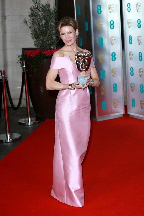 Renée Zellwegerová s cenou BAFTA za film Judy.