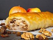 Nasekané ořechy skvěle ozvláštní jablečný závin