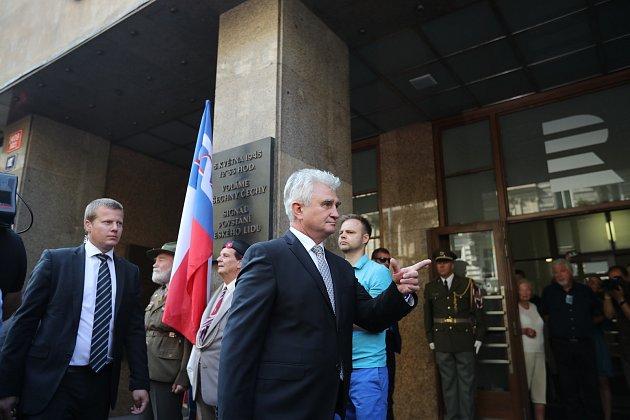 Předseda senátu Milan Štěch přišel uctít k Českému rozhlasu památku padlých v srpnu 1968.