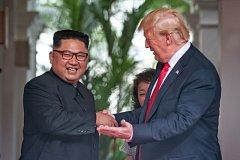 Kim Čong-un a Donald Trump na historickém summitu v Singapuru.