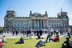 Lidé protestují v Berlíně před budovou Reichstagu proti opatřením proti koronaviru