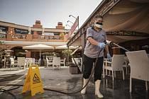 Dezinfekce terasy nákupního centra na španělském ostrově Tenerife.
