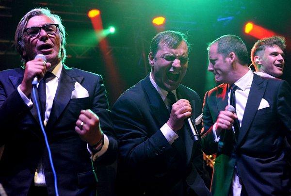 Noční koncert Vojty Dyka sjazzovým B Side Bandem se odehrál vukrutném slejváku. Přesto rozvášnil publikum, ostatně, kromě Dyka se tu rozvášnil iJiří Bartoška, Aleš Najbrt a výkonný producent festivalu Kryštof Mucha.