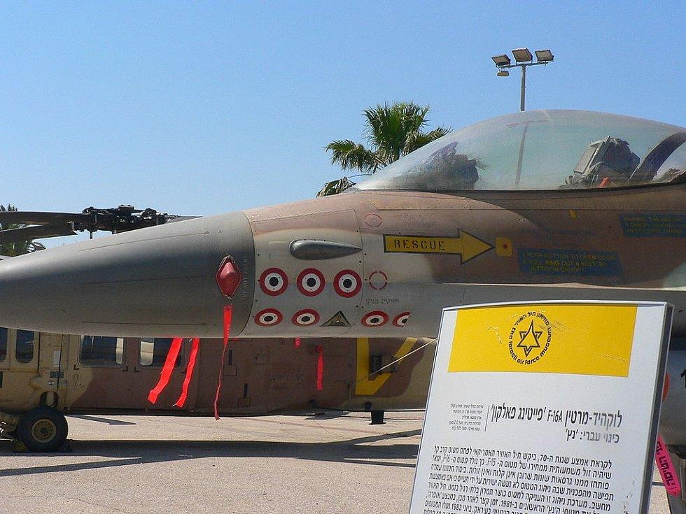 Přední část letounu F-16A s trojúhelníkovým značením operace