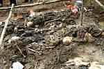 Exhumace masového hrobu u obce Potočari v Bosně a Hercegovině, kde se odehrály klíčové události masakru v Srebrenici v červenci 1995