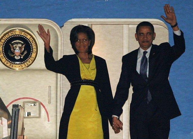 Barack Obama a jeho manželka Michelle vystupují z Air Force One v Londýně