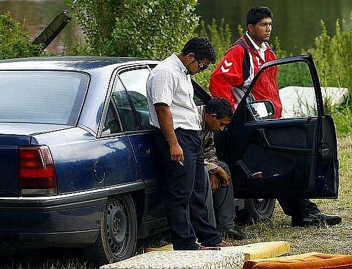 Sedmnáctiletý rumunský romský princ, který dva týdny bojoval o život poté, co se topil u Staré Boleslavi, zemřel. Příbuzní se přesunuli před vinohradskou nemocnici a zařizují odvoz těla do Rumunska.
