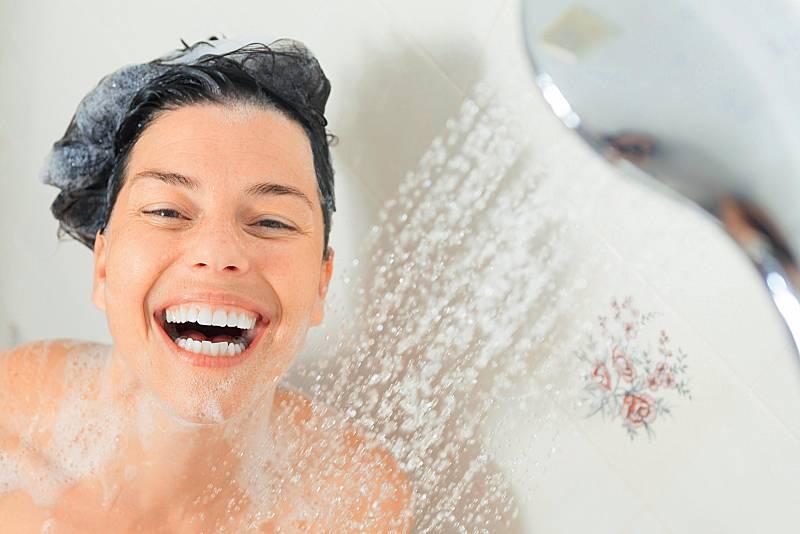 Ani ve sprše byste neměli strávit více než deset až patnáct minut. Příliš dlouhé máčení zbavuje pokožku přirozeného ochranného filmu – kůže je pak vysušená a svědí.