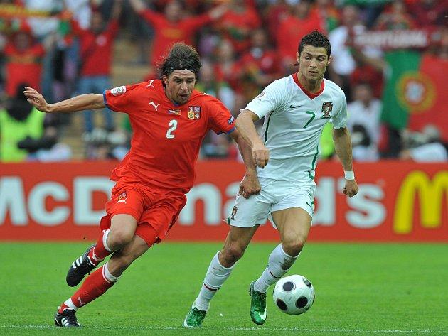 Cristiano Ronaldo v souboji s českým obráncem Zděňkem Grygerou