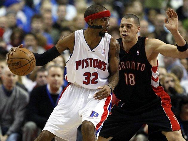 Útočník Detroit Pistons Richard Hamilton (vlevo) se snaží prosadit přes obránce Toronta Raptors Anthony Parkera.