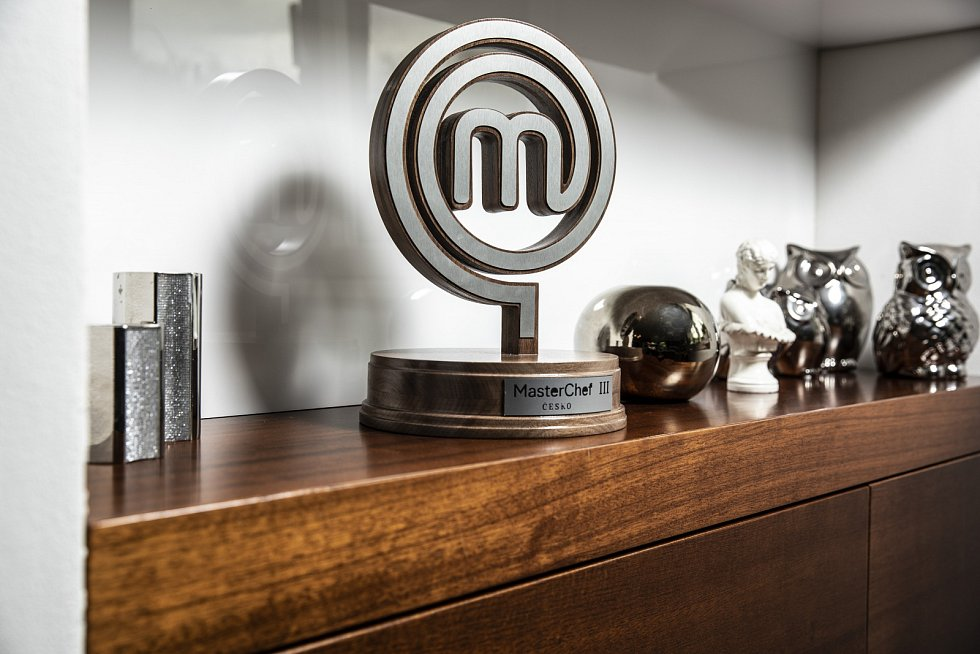 Vobývacím pokoji máme vystavenou dřevěnou trofej MasterChef.