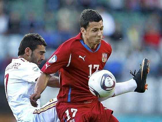 Marek Suchý (v červeném) si chrání míč před dotěrou Vilou.