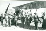 Úspěšný vojenský typ Ab-11 posloužil též firmě k akvizičnímu turné kolem celé Evropy a severní Afriky, s posádkou škpt. Vilém Stanovský a mechanik František Šimek roku 1926. Mezipřistání v marockém Rabatu – mechanik pózuje na křídle, pilot před ním v klob