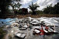 Zbytky mobilních telefonů nalezených na místě havárie letadla v kamerunské poušti