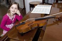 Alma se učila hrát na nástroje od dvou let a skládala od šesti.