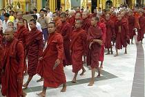 Protestující mniši v budhistické svatyni v Myanmaru.
