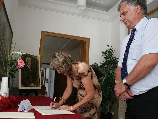 Do sídla Baťovy nadace ve Zlíně přišly podepsat kondolenční listiny desítky lidí