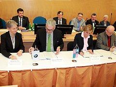 Zleva: Katharina Will a Johannes Maierhofer z BMW, hetmanka Jana Vildumetzová a předseda představenstva Sokolovská uhelná Jiří Pöpperl
