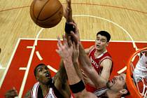Dvojice hráčů Chicaga Bulls se snaží zblokovat útočný pokus Houstonu. Přihlíží čínský pivot Jao Ming (v červeném).