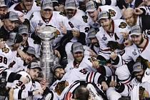 Hokejisté Chicaga Blackhawks s vytouženým pohárem.