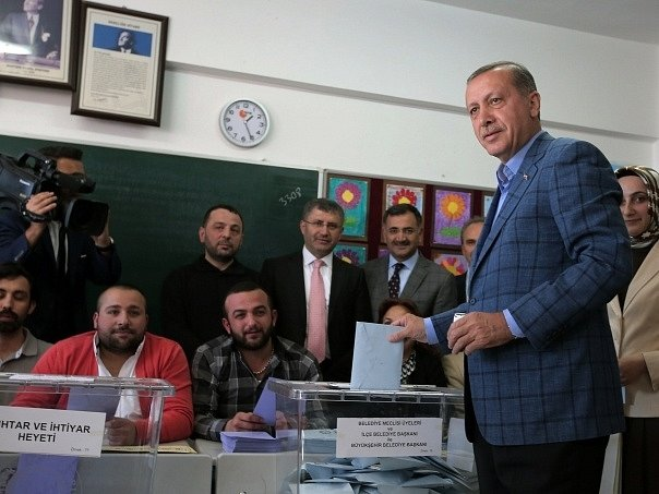Erdogan u volební urny.