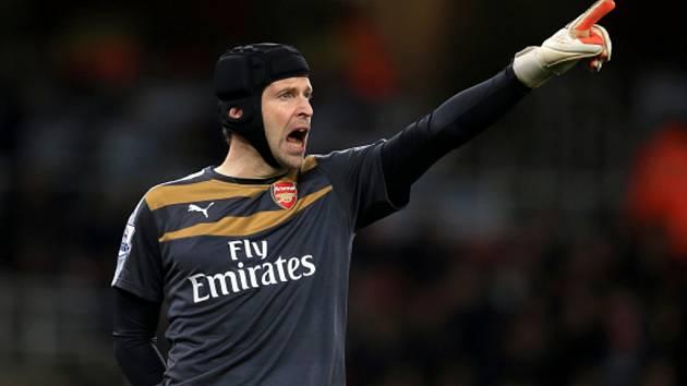 Brankář Arsenalu Petr Čech v derby proti Chelsea.