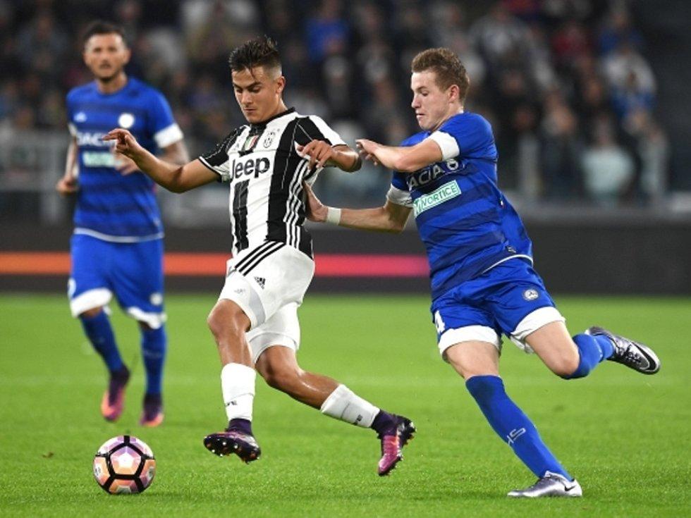 Jakub Jankto z Udine (vpravo) proti Juventusu.