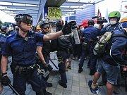 Policisté v Hong Kongu použili proti demonstrantům obušky a pepřové spreje.