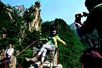 Pracovní tábory ani hladovějící obyvatelstvo turisté v Severní Koreji neuvidí. Pod dohledem přidělených průvodců smějí navštívit jen vybraná místa, jako jsou Diamantové hory nedaleko jihokorejských hranic (na snímku)