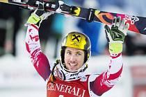 Marcel Hirscher se raduje z vítězství ve slalomu SP v Aare.
