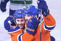Hokejisté Edmontonu Jordan Eberle (vlevo) a Patrick Maroon.