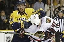 Roman Josi z Nashvillu (vlevo) proti Chicagu.